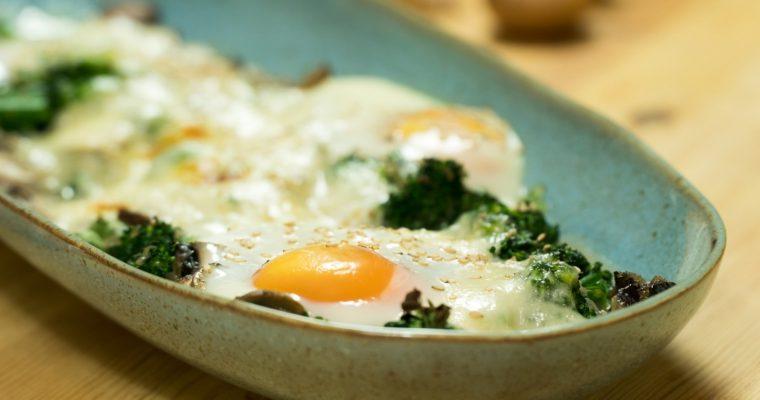 Ovos no forno com brócolos, cogumelos e queijo [VIDEO]