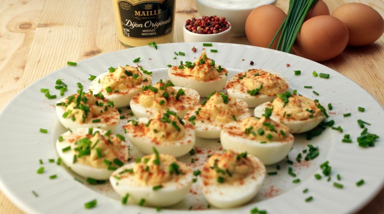 Ovos recheados com iogurte grego e mostarda de dijon